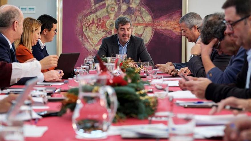 El presidente del Gobierno de Canarias, Fernando Clavijo (c), presidiendo la reunión con su Consejo Asesor, del que forman parte los responsables de la Confederación Canaria de Empresarios, la CEOE y los sindicatos CCOO y UGT