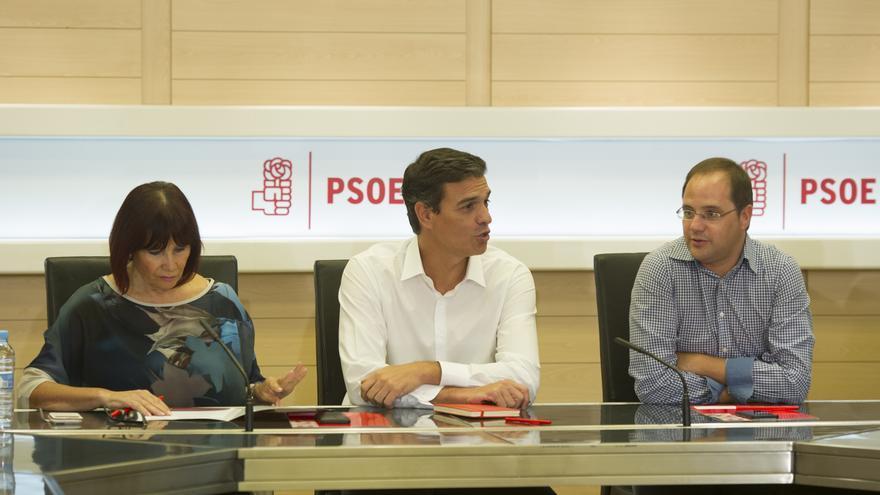 Pedro Sánchez junto a la presidenta del PSOE, Micaela Navarro, y el secretario de Organización, César Luena.