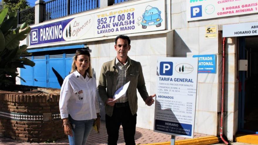 Los concejales de IU Marbella, Victoria Morales y Miguel Díaz este martes ante las puertas del parking Autocobermar, propiedad de un hijo del comisario Villarejo. FOTO/ MC