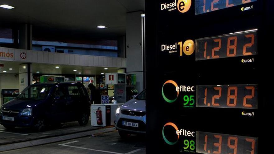 Los precios de los carburantes vuelven a registrar nuevos mínimos en el año