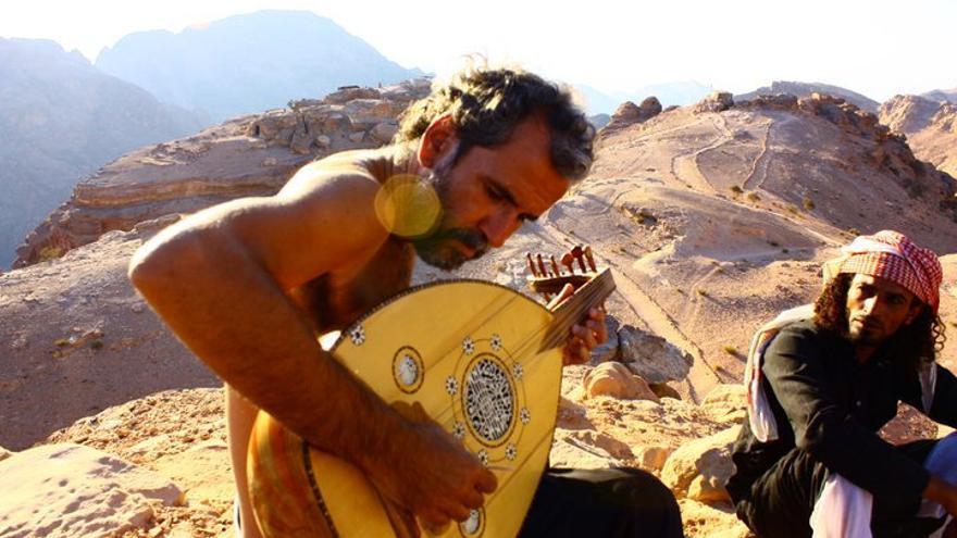 Willy Toledo toca el laúd en tierras árabes
