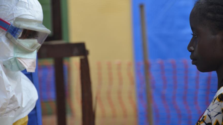 Una mujer es admitida en el centro de gestión de casos de Ébola (CMC). Se requerirá un examen para determinar si está embarazada o sufre otro problema de salud. Ingresó con su hermano y su hermana. Su hermana, quien llegó en un avanzado estado de fatiga, murió esa misma noche/ Julien Rey-MSFMSF