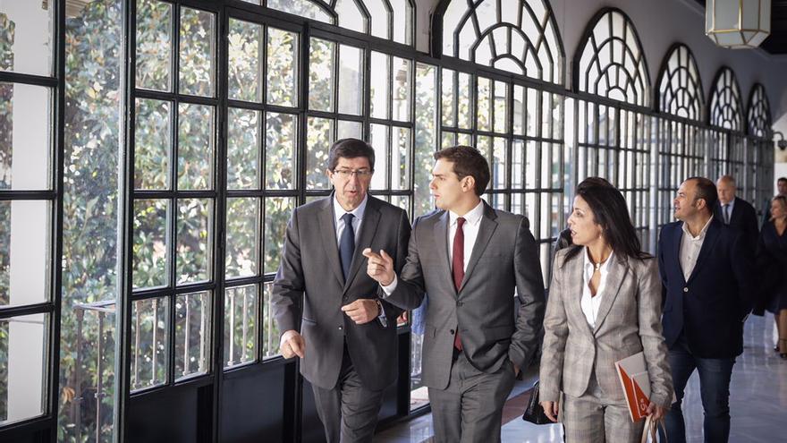 Rivera, Juan Marín y Marta Bosquet en los pasillos del Parlamento andaluz.