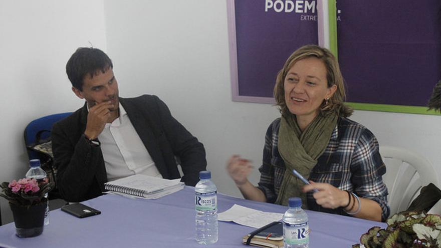 El secretario regional de Podemos, Álvaro Jaén, con la diputada canaria Victoria Rosell