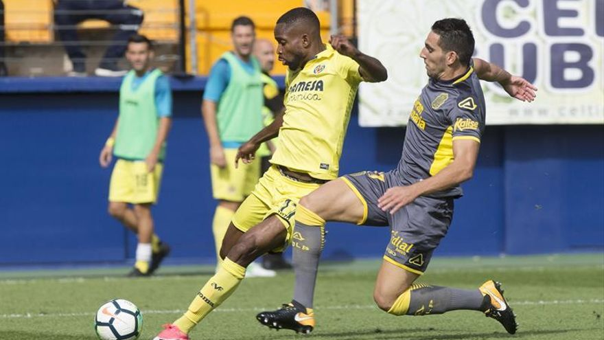 El delantero congoleño del Villarreal Cedric Bakambu disputa un balón con el jugador argentino de Las Palmas Jonathan Calleri. EFE/Domenech Castelló