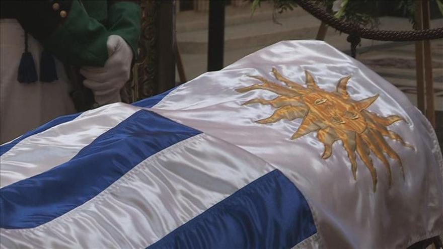 Uruguay despide con honores al escritor Carlos Maggi
