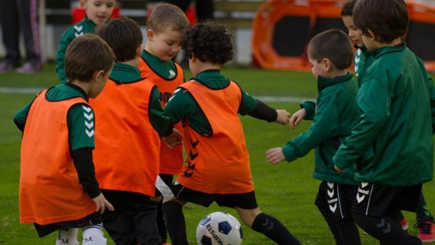 Un grupo de niños jugando al fútbol. | RACING SANTANDER