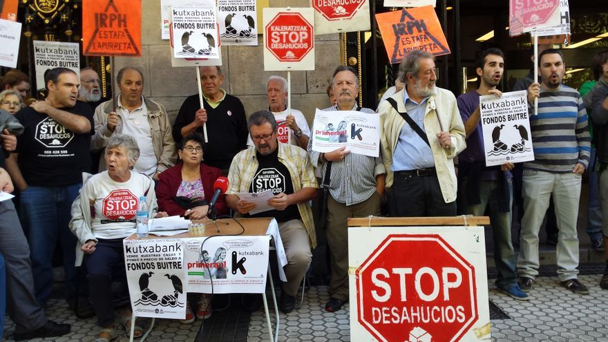 Palmira, rodeada de los miembros de Stop Desahucios frente a la sede de Kutxabank
