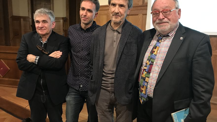 Los escritores Bernardo Atxaga, Harkaitz Cano, Ramón Saizarbitoria y Fernando Savater (de izquierda a derecha).
