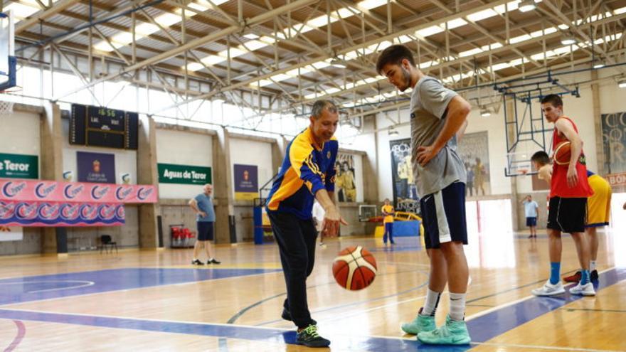 Manolo Hussein durante su etapa de un año como coordinador deportivo de la cantera amarilla.