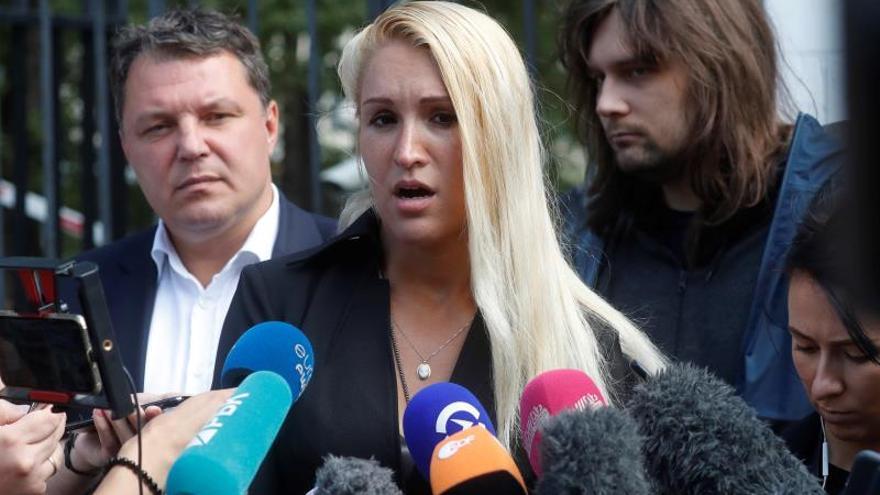 Anastasia Vasilyeva, médico personal del opositor ruso Navalny, declara a la salida del hospital.
