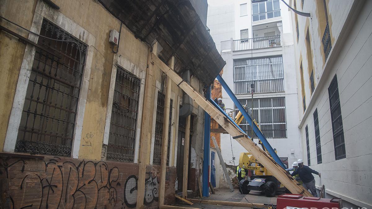 Obras de apuntalamiento del edificio cuyo muro se derrumbó en c/ María Cristina