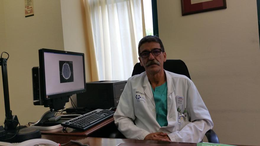 El doctor Ramos en su despacho del Servicio de Medicina Intensiva. Foto: LUZ RODRÍGUEZ