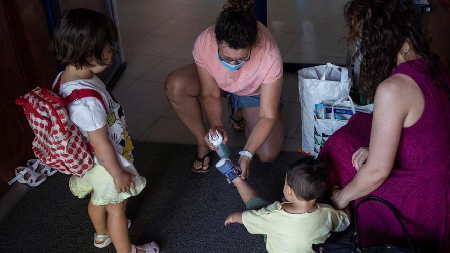 Una profesora aplica gel hidroalcoholico en las manos de un niño durante la reapertura de una escuela. EFE/ Rodrigo Jiménez/Archivo