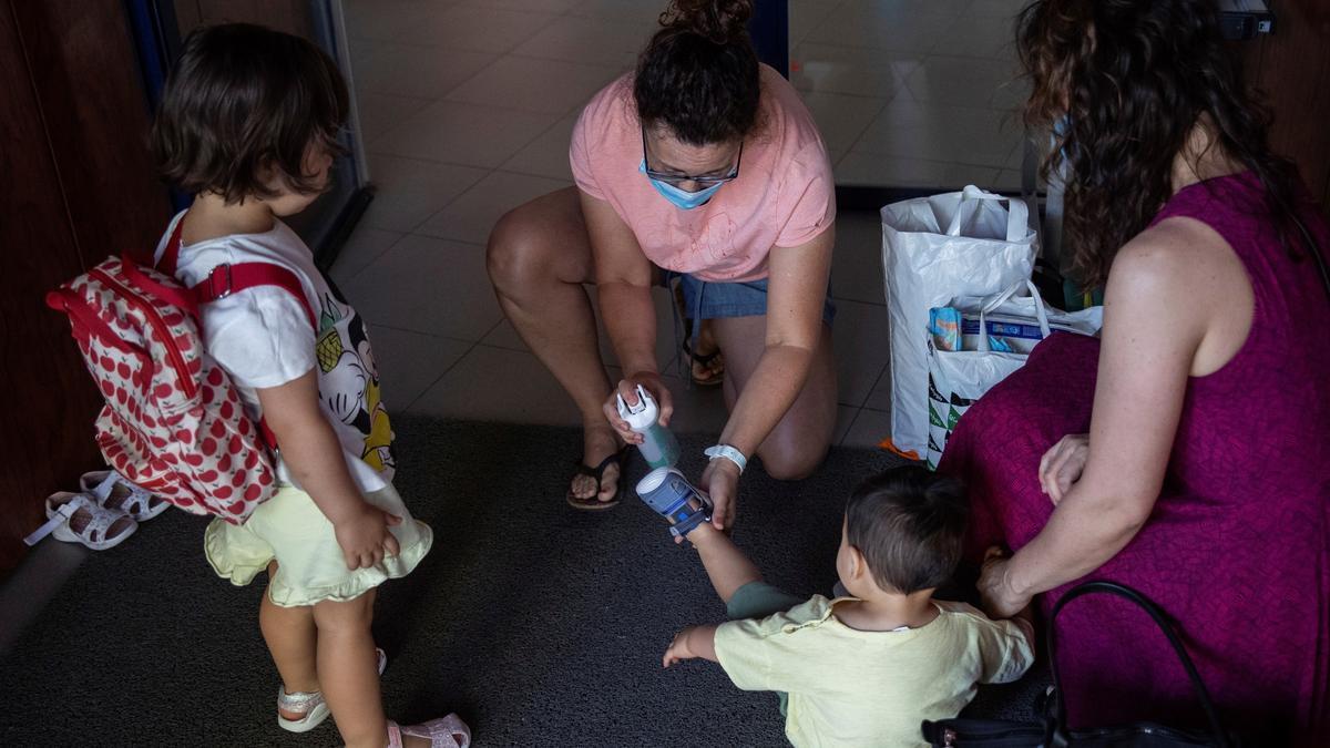Una profesora aplica gel hidroalcoholico en las manos de un niño durante la reapertura de una escuela infantil. EFE/ Rodrigo Jiménez/Archivo