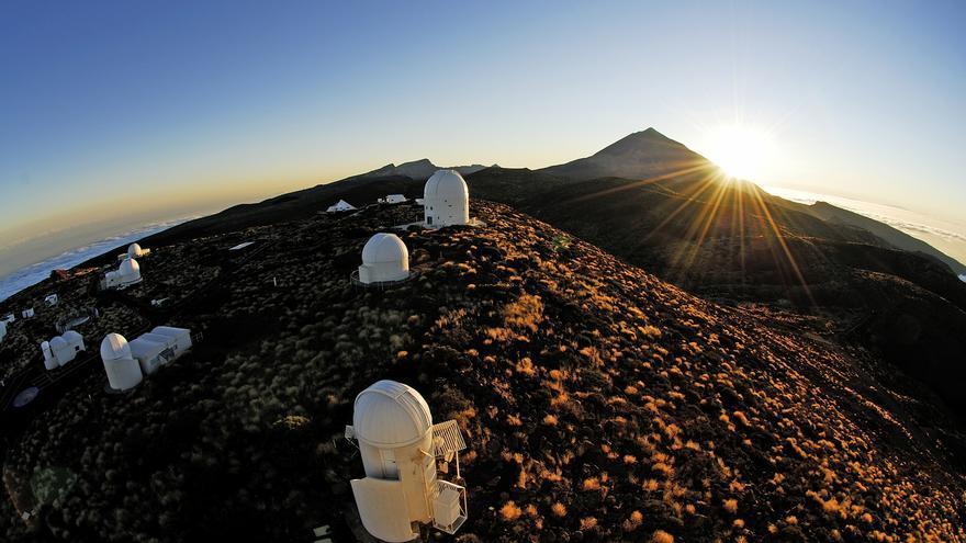 Observatorio de Izaña, con El Teide al fondo de la imagen