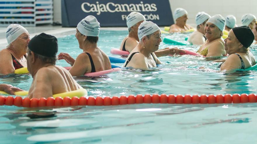 Participantes en los cursillos de natación Fundación CajaCanarias.