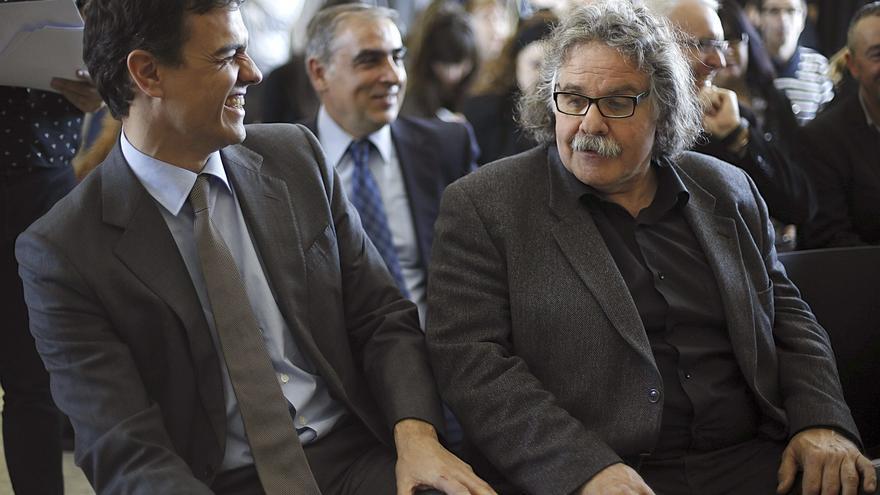 El líder del PSOE, Pedro Sánchez, junto al portavoz del Grupo de ERC, Joan Tardá, en un acto a favor de la sanidad pública en marzo pasado.