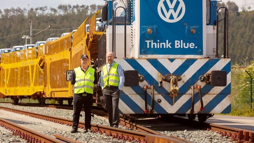 Volkswagen Navarra distribuye más coches en tren que en camión por primera vez en su historia