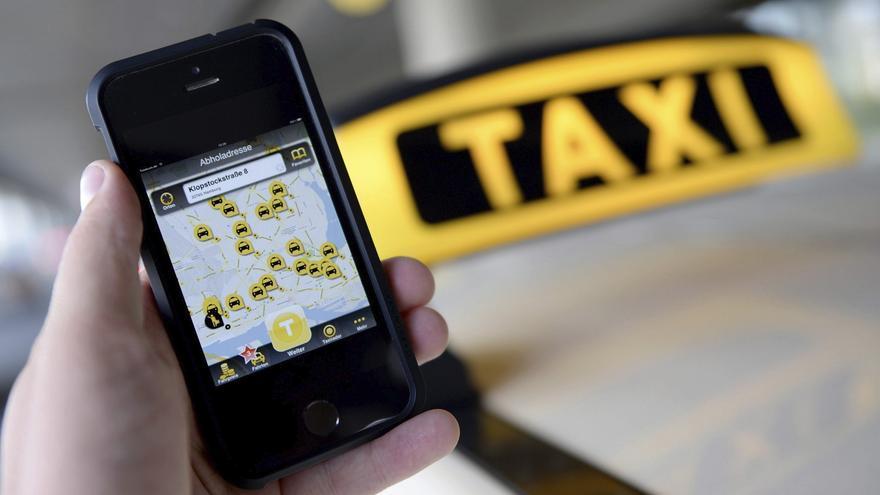 Un usuario con la app de MyTaxi