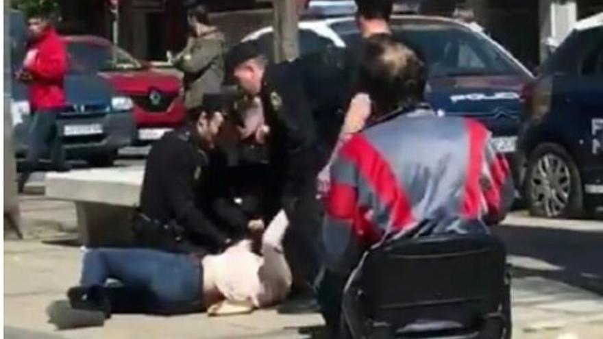 Momento en que la Policía inmoviliza a la mujer.