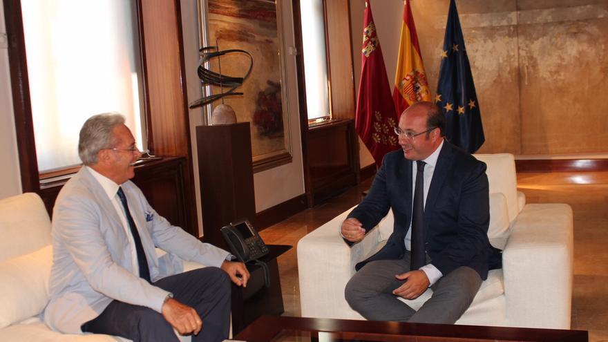 Pedro Antonio Sánchez se reúne con el presidente del Club Taurino de Murcia, Alfonso Avilés