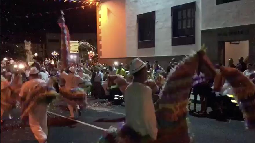 Como viene sucediendo desde hace más de cien años, el multicolor y divertido desfile de los 'Caballos Fufos', recorrió la Avenida de la Constitución de la Villa y Puerto de Tazacorte..
