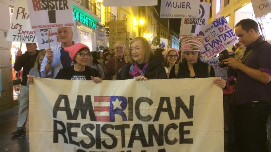 Estadounidenses en la manifestación del 8 de marzo en Sevilla