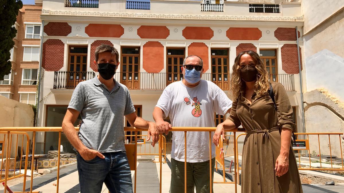 El dibuixant Paco Roca (esquerra), el dissenyador MacDiego i la regidora Glòria Tello.