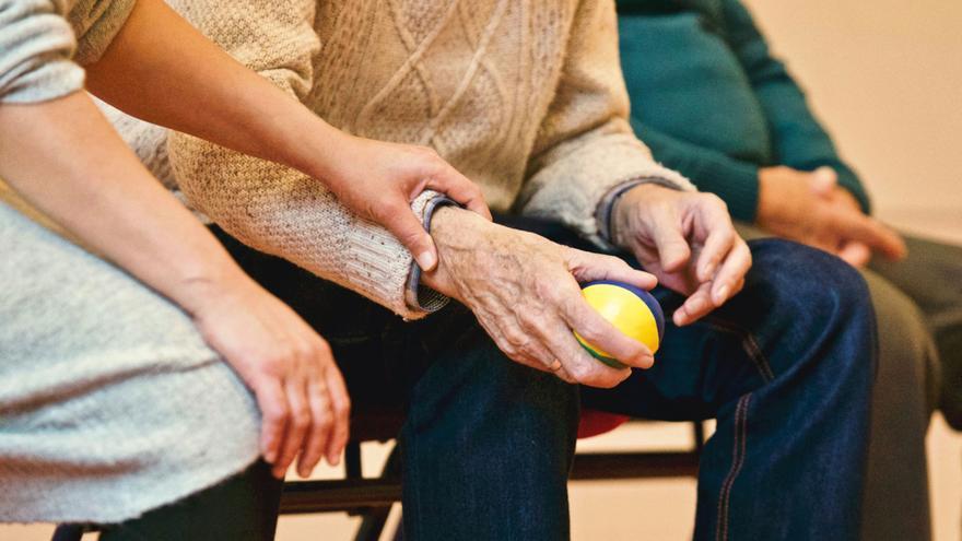 La Generalitat pagarà la Seguretat Social de les treballadores que cuiden de persones grans o dependents