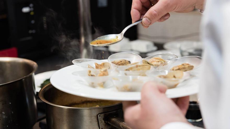 Preparación de una tapa con almejas gallegas | SABE A GALICIA