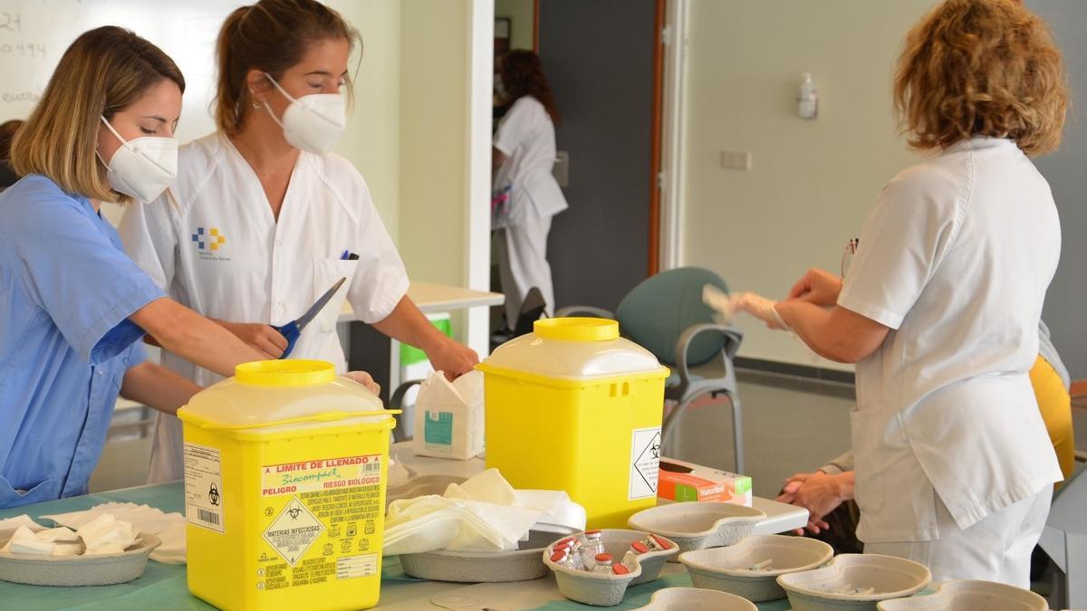 Personal del Servicio Canaria de la Salud, en el proceso de vacunación frente a la COVID-19