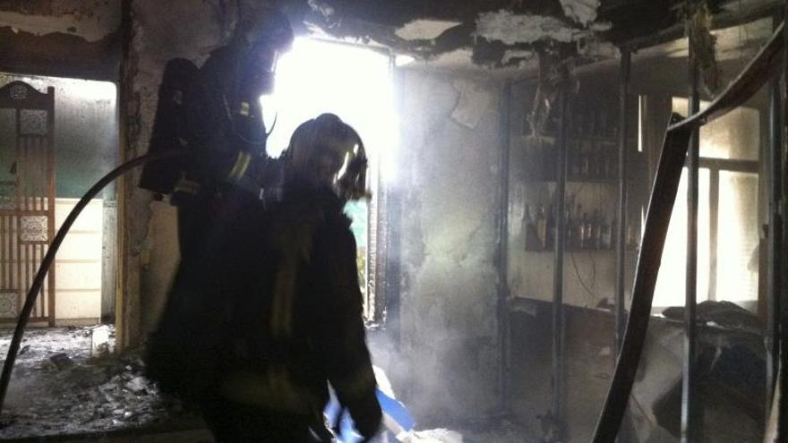 Un muerto y cinco intoxicados leves en el incendio de un edificio en Madrid