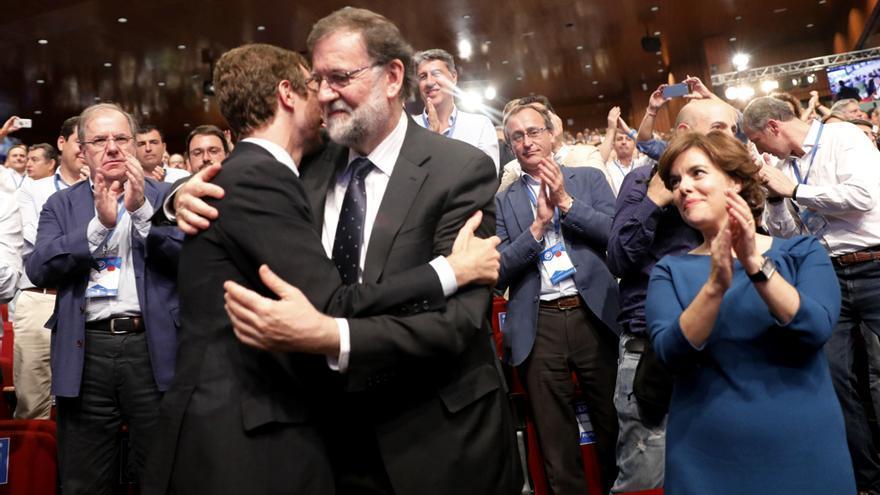 Rajoy abraza a Casado tras su victoria