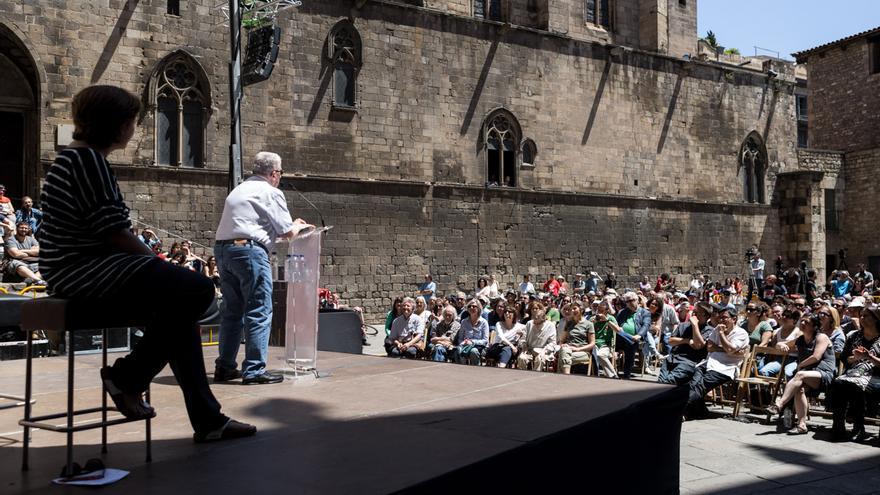 L'historiador Josep Fontana, a l'escenari amb Ada Colau, es dirigeix al públic a la Plaça del Rei / ENRIC CATALÀ