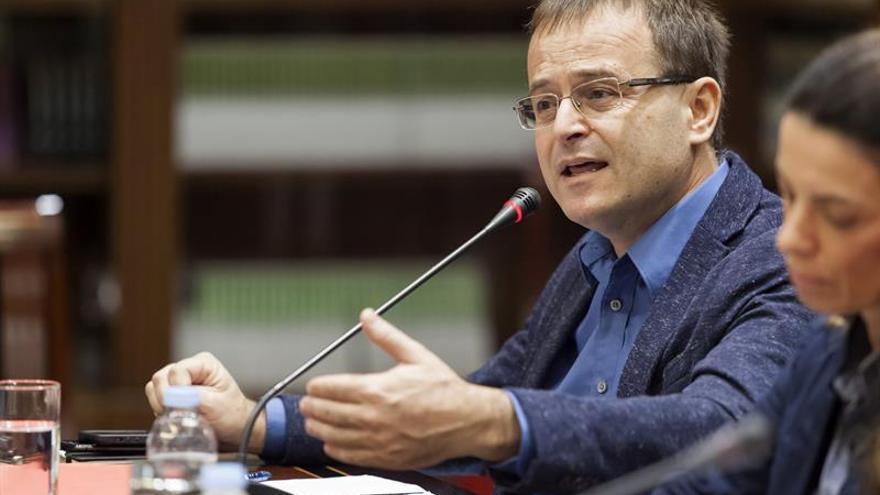 El coordinador general de IU en Canarias, Ramón Trujillo, comparece ante la comisión parlamentaria que estudia la reforma del sistema electoral canario.