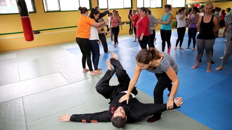 Alumna derriba a un ayudante de sensei Martín. (Alejandro Ramos).