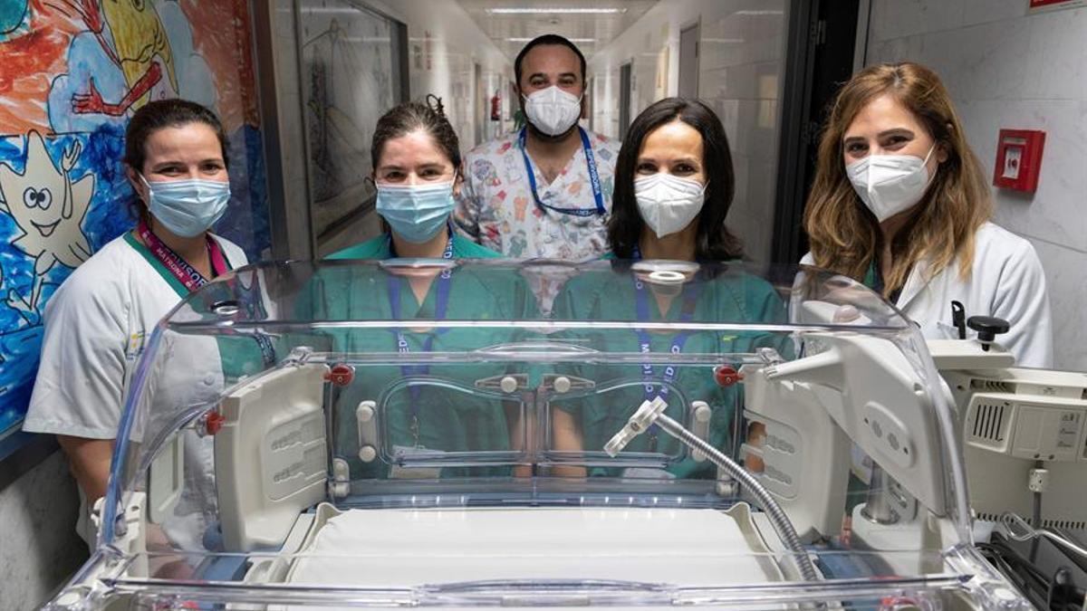 Sabina Romero Ramírez, (2d) junto a la doctora María Mercedes Carretero (1d), el supervisor de enfermería de neonatología y medicina intensiva pediátríca, Saúl Marín (c), la matrona María Isis Suárez (1i) y la doctora en microbiología y parasitología María Magdalena Lara Pérez (2i)