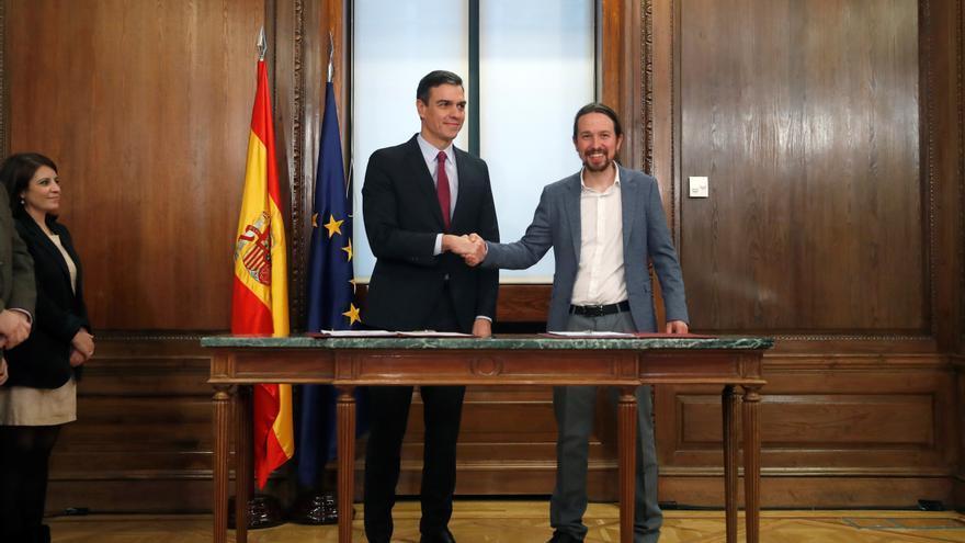 Pedro Sánchez y Pablo Iglesias se estrechan la mano tras firmar el acuerdo de Gobierno.