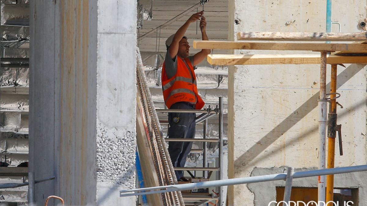 Un albañil trabaja en la construcción de un edificio