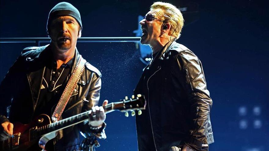 U2 pide una Europa misericordiosa con los refugiados tras el ataque en París
