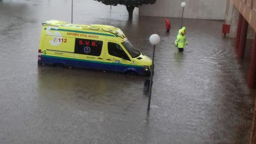 VÍDEO | Una tromba de agua inunda los bajos del Hospital de Valdepeñas