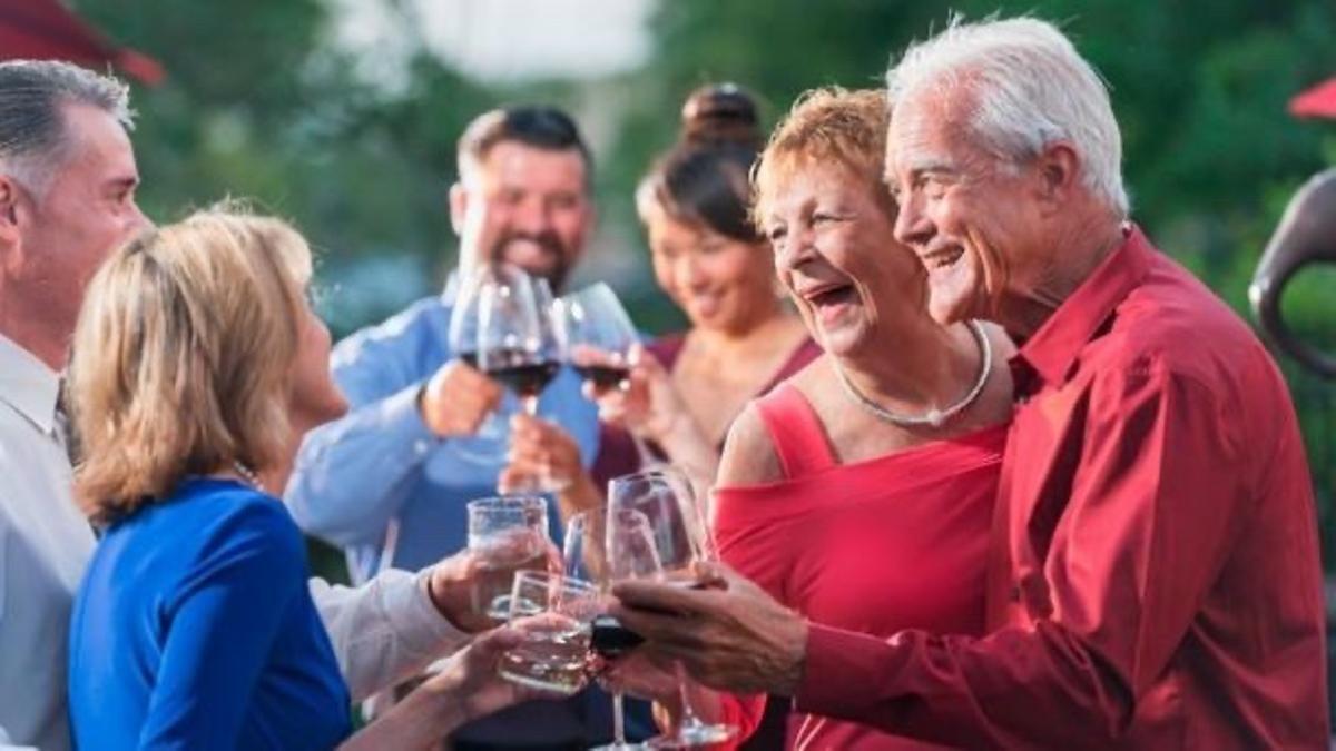 Un grupo de amigos brindando con vino.