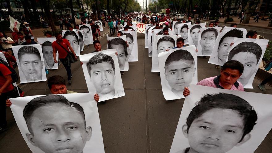 Familiares, estudiantes y simpatizantes de los 43 jóvenes desaparecidos de Ayotzinapa protestan en Ciudad de México (México).
