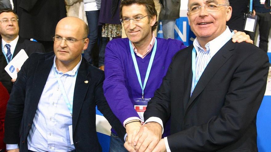 El senador Juan Manuel Jiménez Morán, a la derecha, con Feijóo y Baltar