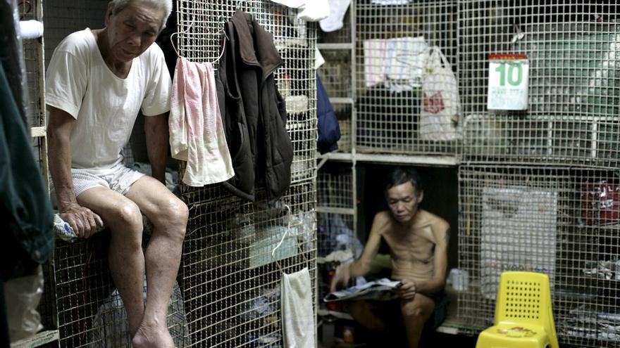 "Un hombre en su ""Casa Jaula"" en el distrito Tai Kok Tsui de Kowloon, Hong Kong"