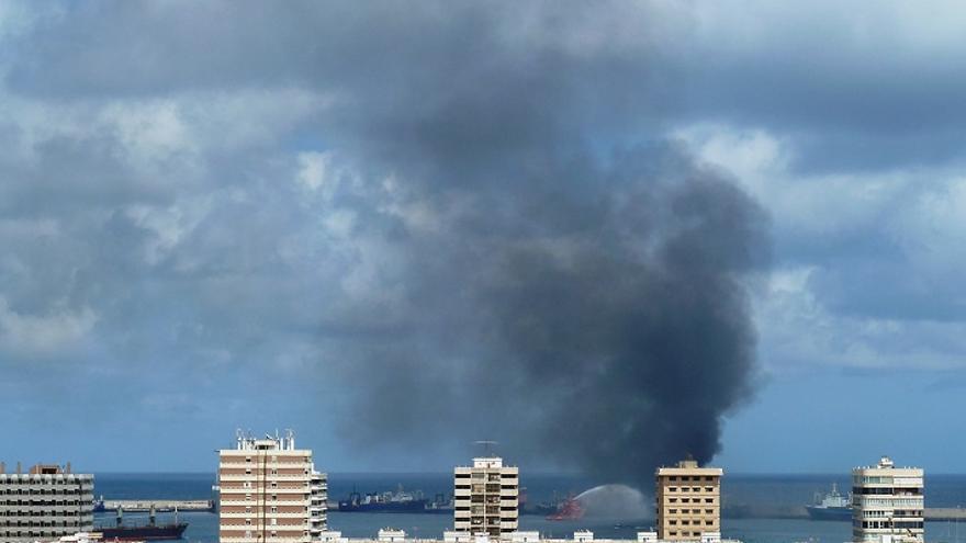 Incendio de un pesquero en el Puerto de Las Palmas.