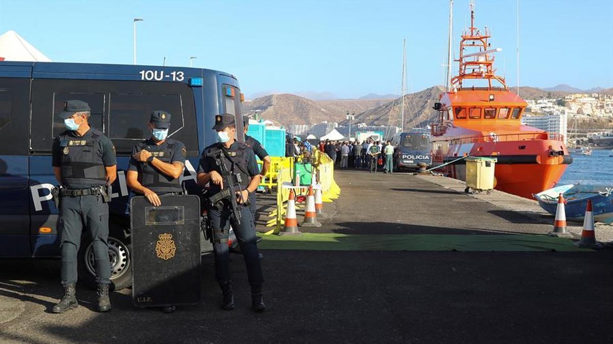 Muelle de Arguineguín, donde permanecen cientos de personas migrantes. EFE/ Elvira Urquijo A.