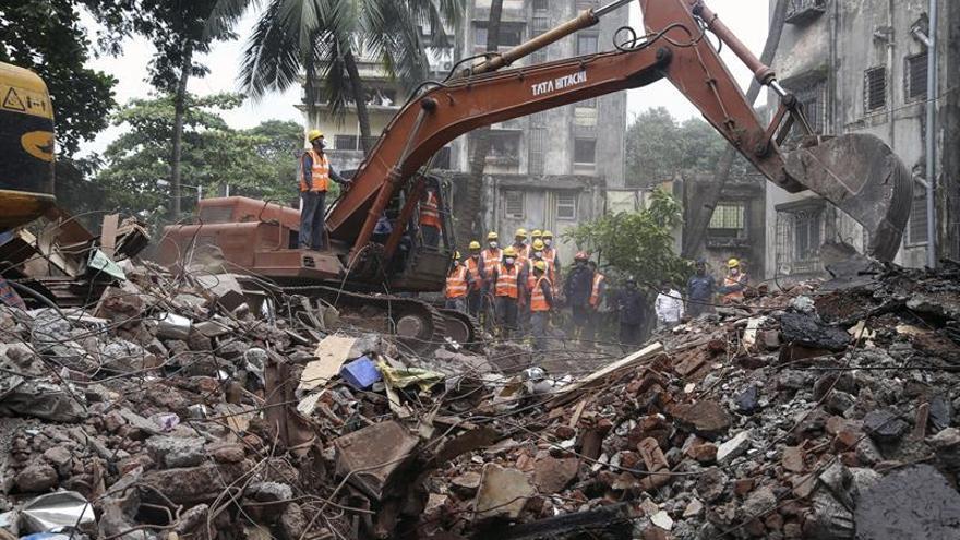 Aumentan a 12 los muertos por el derrumbe de un edificio en la India