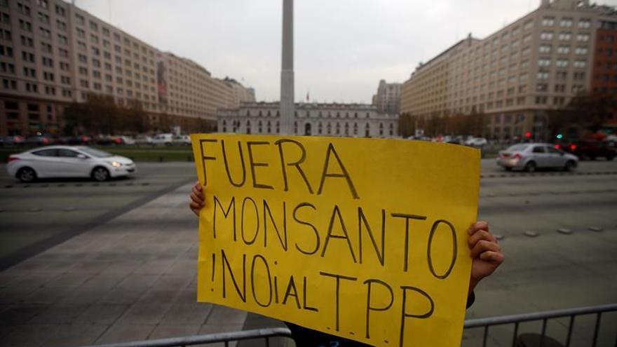 Chilenos se manifiestan frente al palacio de Gobierno en contra del TPP